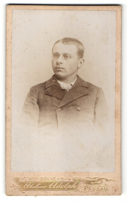 Fotografie Atelier Adolph, Passau, Portrait junger Mann mit Brille