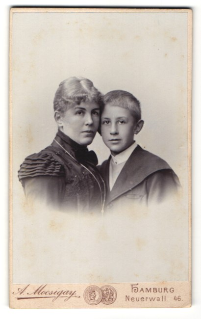 Fotografie A. Mocsigay, Hamburg, Portrait Mutter und Sohn