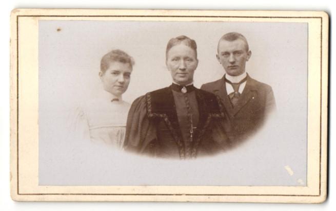 Fotografie unbekannter Fotograf und Ort, Portrait Mutter mit Tochter und Sohn