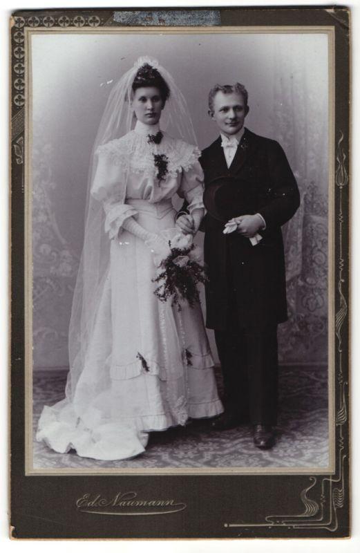 Fotografie Ed. Naumann, Meerane, Gössnitz, Portrait bürgerliches Hochzeitspaar
