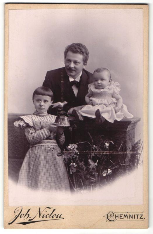 Fotografie Joh. Niclou, Chemnitz, Vater mit Töchtern im feinen Zwirn