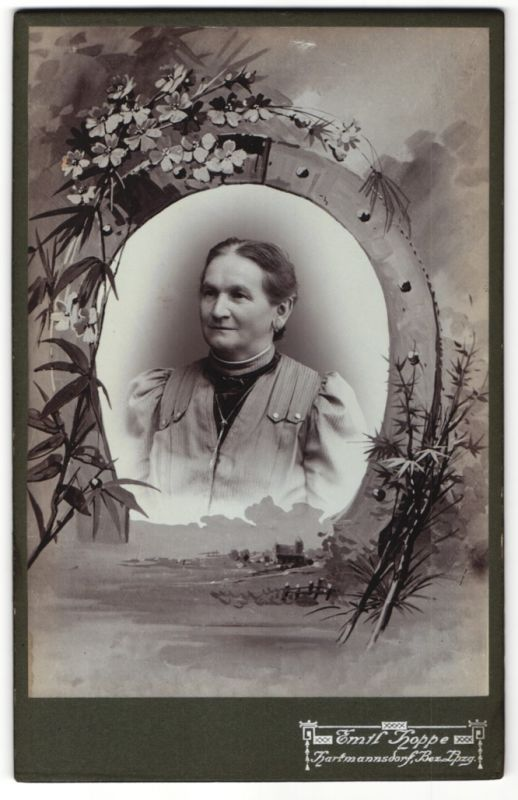 Fotografie Emil Hoppe, Hartmannsdorf, Portrait Edeldame mit Halskette, Montage von Hufeisen eingerahmt