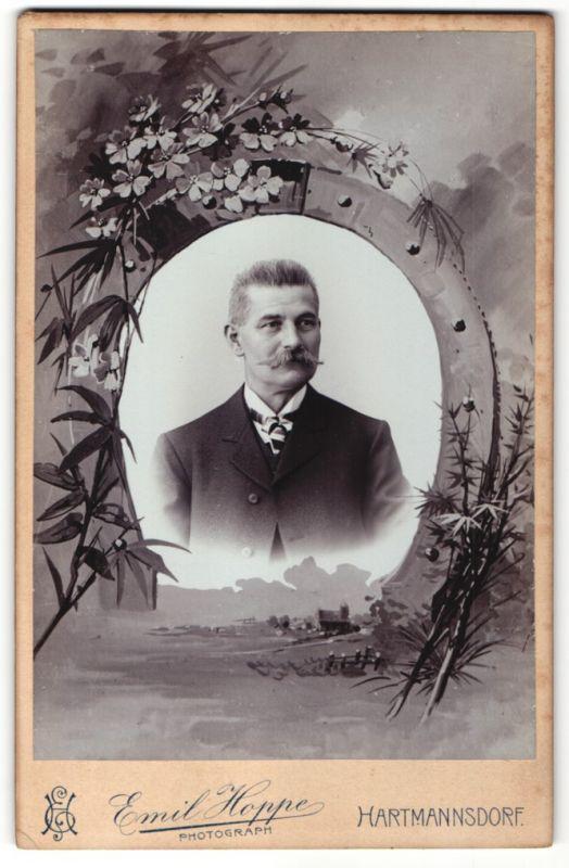 Fotografie Emil Hoppe, Hartmannsdorf, Portrait Edelmann im Anzug, Montage von Hufeisen eingerahmt