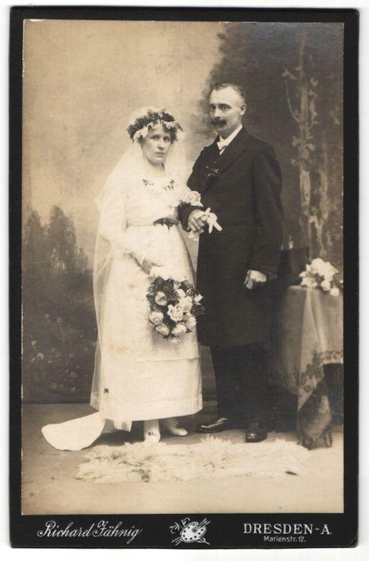 Fotografie Richard Jähnig, Dresden, elegantes Hochzeitspaar im feinen Zwirn