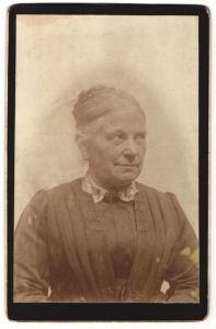 Fotografie Portrait Grossmutter zünftig gekleidet mit Schmuck - Brosche