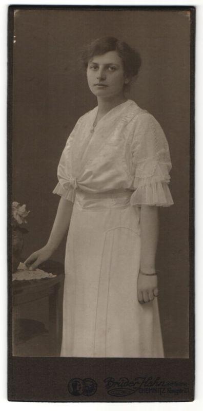 Fotografie Atelier Brüder Hahn, Chemnitz, hübsche Dame im weissen Kleid mit Spitze