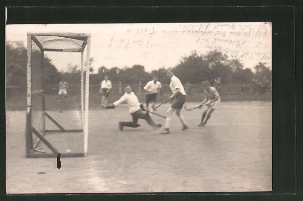 Foto-AK Szene aus einem Feld-Hockey-Spiel, Torschuss