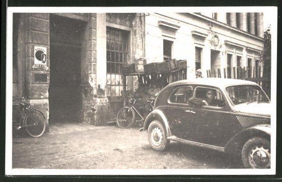 Foto-AK VW Käfer vor einer Einfahrt mit Werbeschild