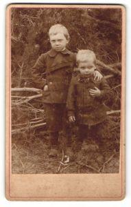 Fotografie Otto Gliesche, unbekannter Ort, Portrait zwei kleine Knaben im Grünen