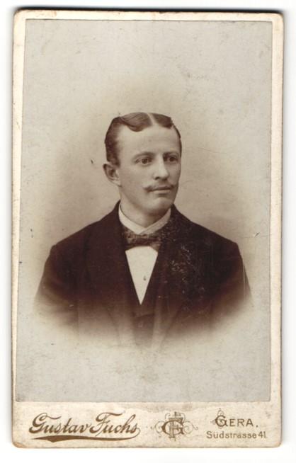 Fotografie Gustav Fuchs, Gera, Portrait Herr mit Mittelscheitel