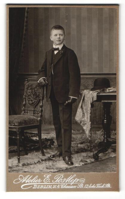 Fotografie E. Postlep, Berlin-N, Portrait Knabe in feierlichem Anzug