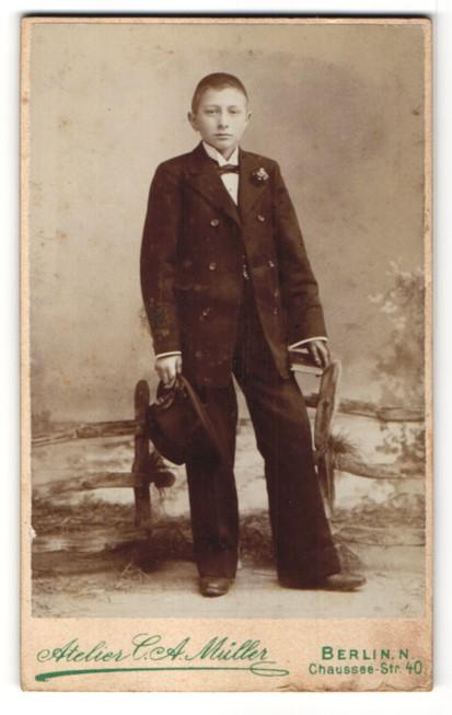 Fotografie C. A. Müller, Berlin-N, Portrait Knabe in feierlichem Anzug