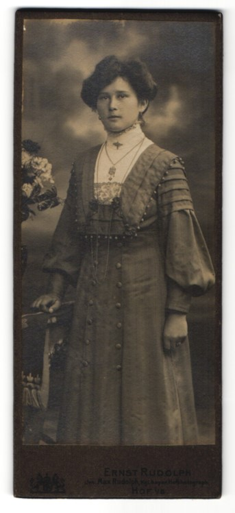 Fotografie Ernst Rudolph, Hof i/B, Portrait junge Dame mit Hochsteckfrisur