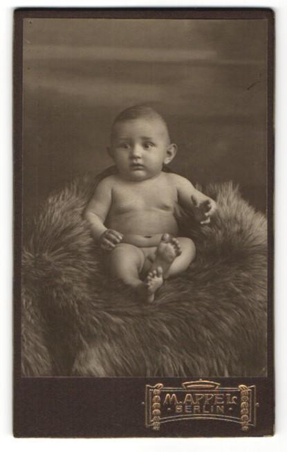 Fotografie M. Appel, Berlin, Portrait nackiger Säugling