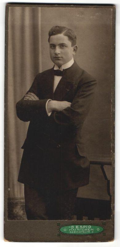 Fotografie J. Espig, Hainichen, Portrait junger Herr in Anzug