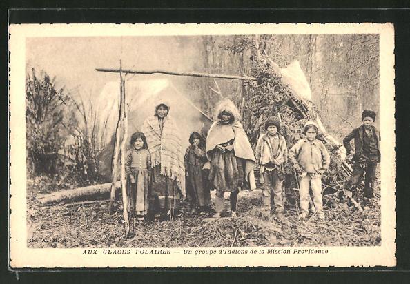 AK Gruppe von Eskimos steht vor ihrem Zelt