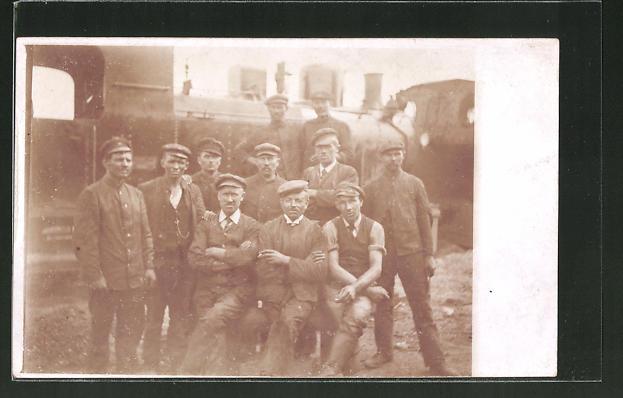 Foto-AK Eisenbahner vor Lokomotive