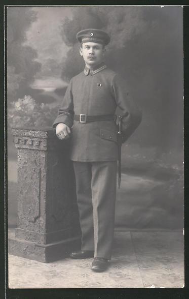 Foto-AK Unteroffizier mit Mützenband Matrosenregiment in feldgrauer Uniform mit Bajonett