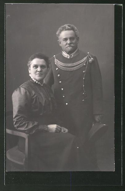 Foto-AK Eisenbahner in Uniform und Gattin