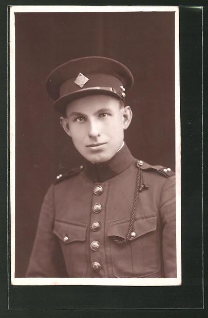 Foto-AK tschechischer Soldat in Uniform mit Schirmmütze