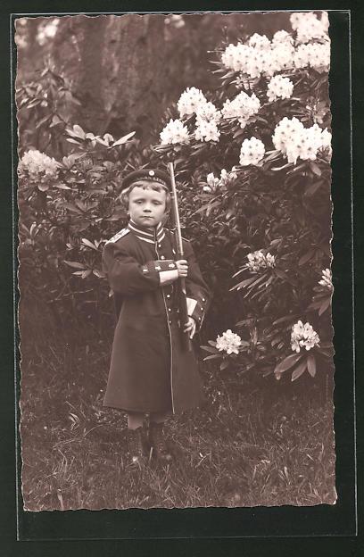 Foto-AK Kind in übergrosser Uniformjacke mit Spielzeuggewehr