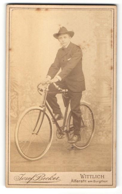 Fotografie Josef Becker, Wittlich, junger Mann im Anzug mit Fahrrad