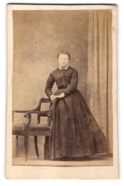 Fotografie Edeldame trägt elegantes schwarzes Kleid
