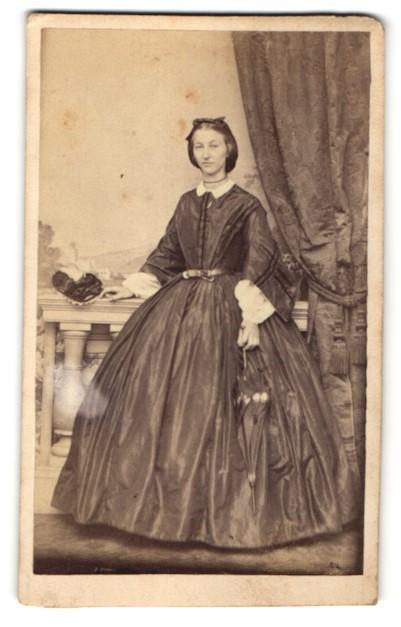 Fotografie G. Jagemann, Eisenach, Edeldame mit Schirm trägt schwarzes Kleid