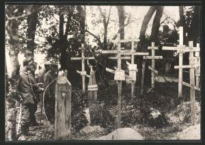 Fotografie 1.WK, deutsche Soldaten neben Kriegsgräbern ihrer Kameraden