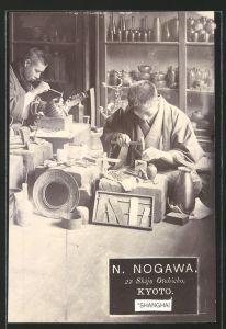 Fotografie Fotograf unbekannt, Ansicht Kyoto, N. Nogawa Shijo Otabicho, Kunsthandwerker bei der Arbeit
