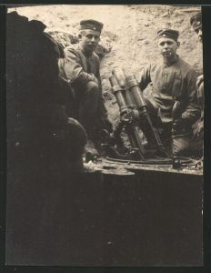 Fotografie 1.WK, Deutsche Soldaten mit Mörser im Schützengraben