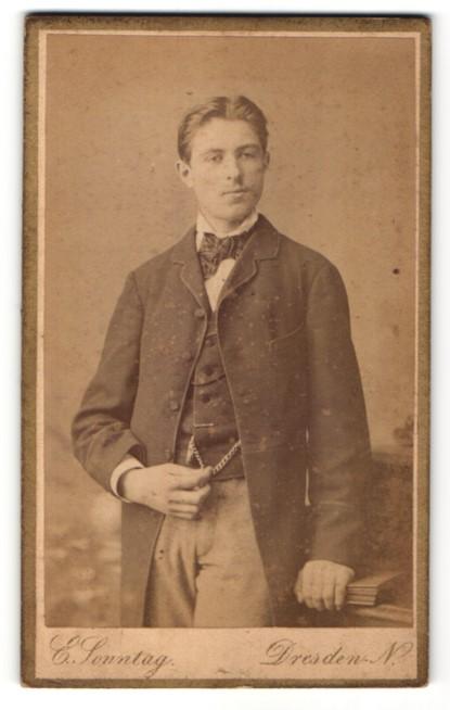 Fotografie E. Sonntag, Dresden-N, Portrait eleganter junger Herr