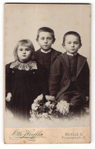 Fotografie Otto Hoeffke, Berlin-S, Portrait zwei Knaben und Mädchen