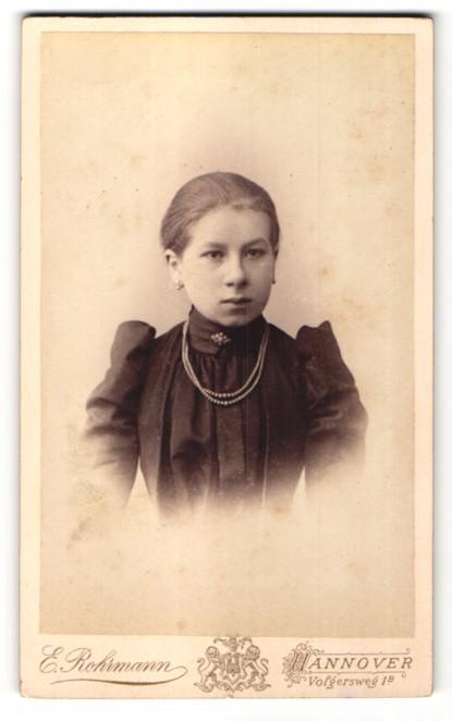 Fotografie E. Rohrmann, Hannover, Portrait Mädchen in festlichem Kleid