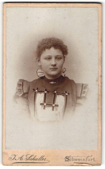 Fotografie J. A. Schaller, Schweinfurt a/M, Portrait Mädchen in festlichem Kleid
