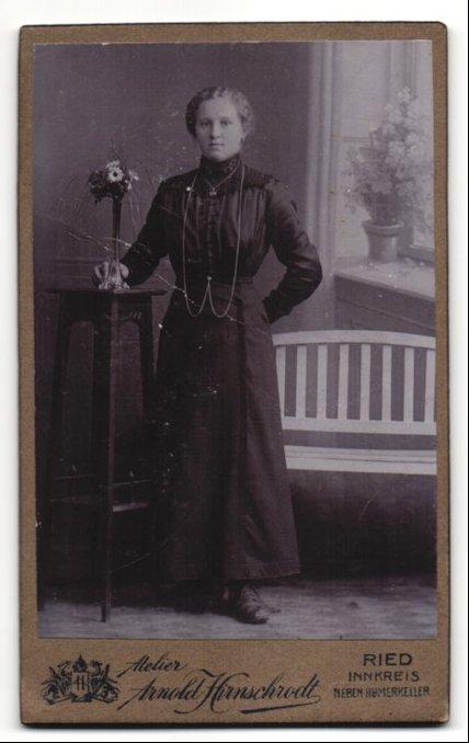 Fotografie Arnold Hirnschrodt, Ried, Portrait Fräulein in festlicher Kleidung