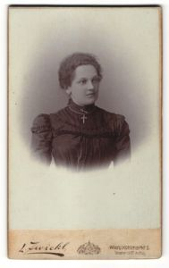 Fotografie L. Zwickl, Wien, junge Dame in schwarzem Kleid