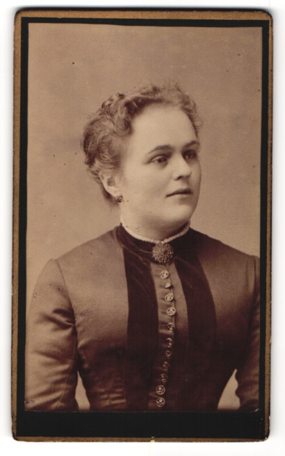 Fotografie E. Tietze, Bad Elster, Portrait einer Bürgertochter in prächtigem Kleid