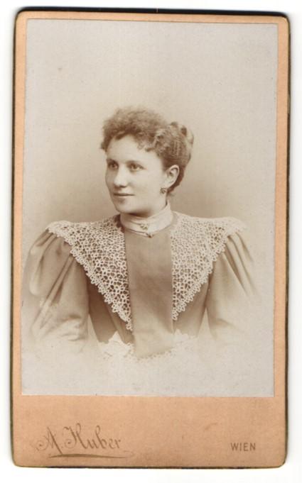Fotografie A. Huber, Wien, Portrait einer Bürgerlichen im spitzenbesetzten Kleid
