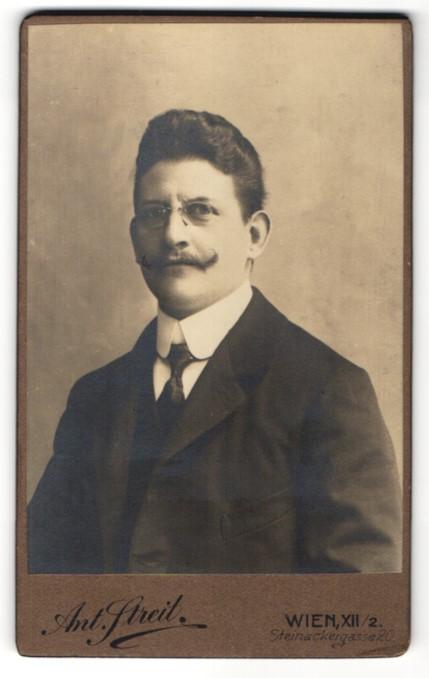 Fotografie Ant. Streit, Wien, Portrait Bürgerlicher im Anzug mit Brille