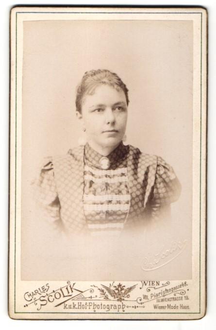 Fotografie Charles Scolik, Wien, Portrait Bürgertochter im verzierten Kleid