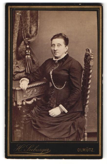 Fotografie H. Seeburger, Olmütz, Bürgerliche in prächtigem Kleid