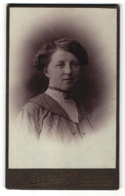 Fotografie E. Kregeloh, Mannheim, Portrait junge Frau mit Hochsteckfrisur