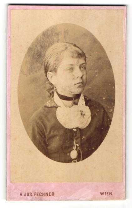 Fotografie B. Jos. Fechner, Wien, Portrait Mädchen in zeitgenössischer Mode