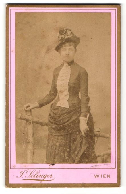 Fotografie J. Selinger, Wien, Portrait bürgerliche junge Dame mit Hut