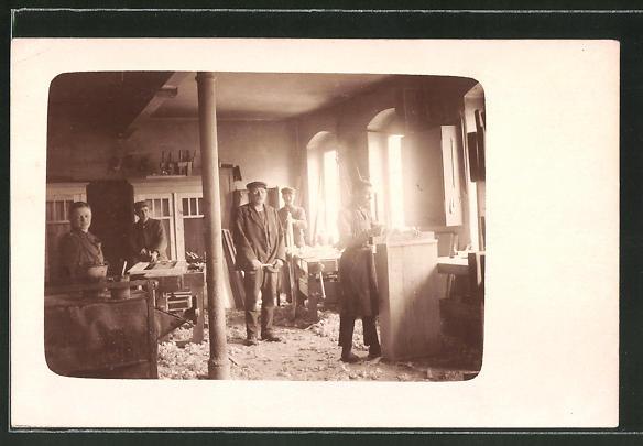 Foto-AK Tischler-Meister mit Geselle und Lehrlingen in der Werkstatt