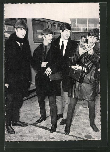 AK The Beatles, Portrait mit Kamera