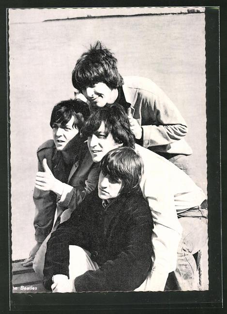 AK The Beatles, am Meer posierend