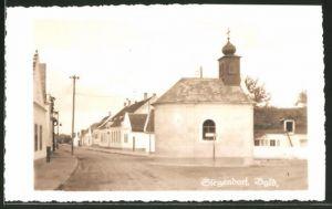 AK Siegendorf im Bgld., Strassenpartie mit Kapelle