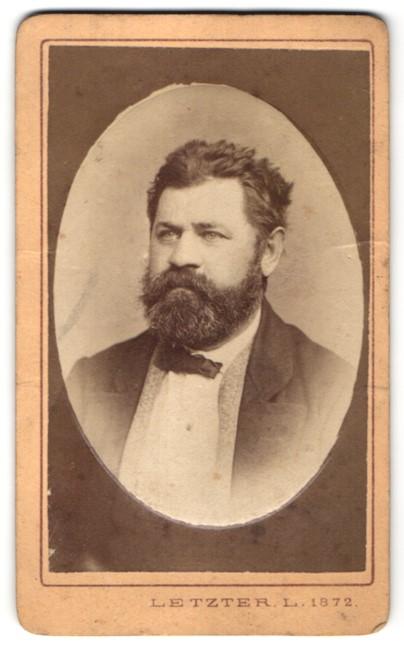 Fotografie Letzter L., Szegeden, Portrait Herr mit Vollbart